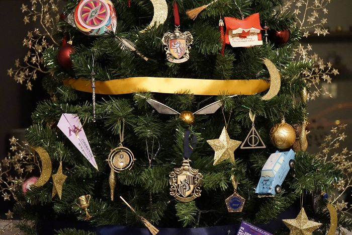 This-Harry-Potter-Themed-Christmas-Tree-is-a-Feast-for-Potterheads-583e864a51427__700