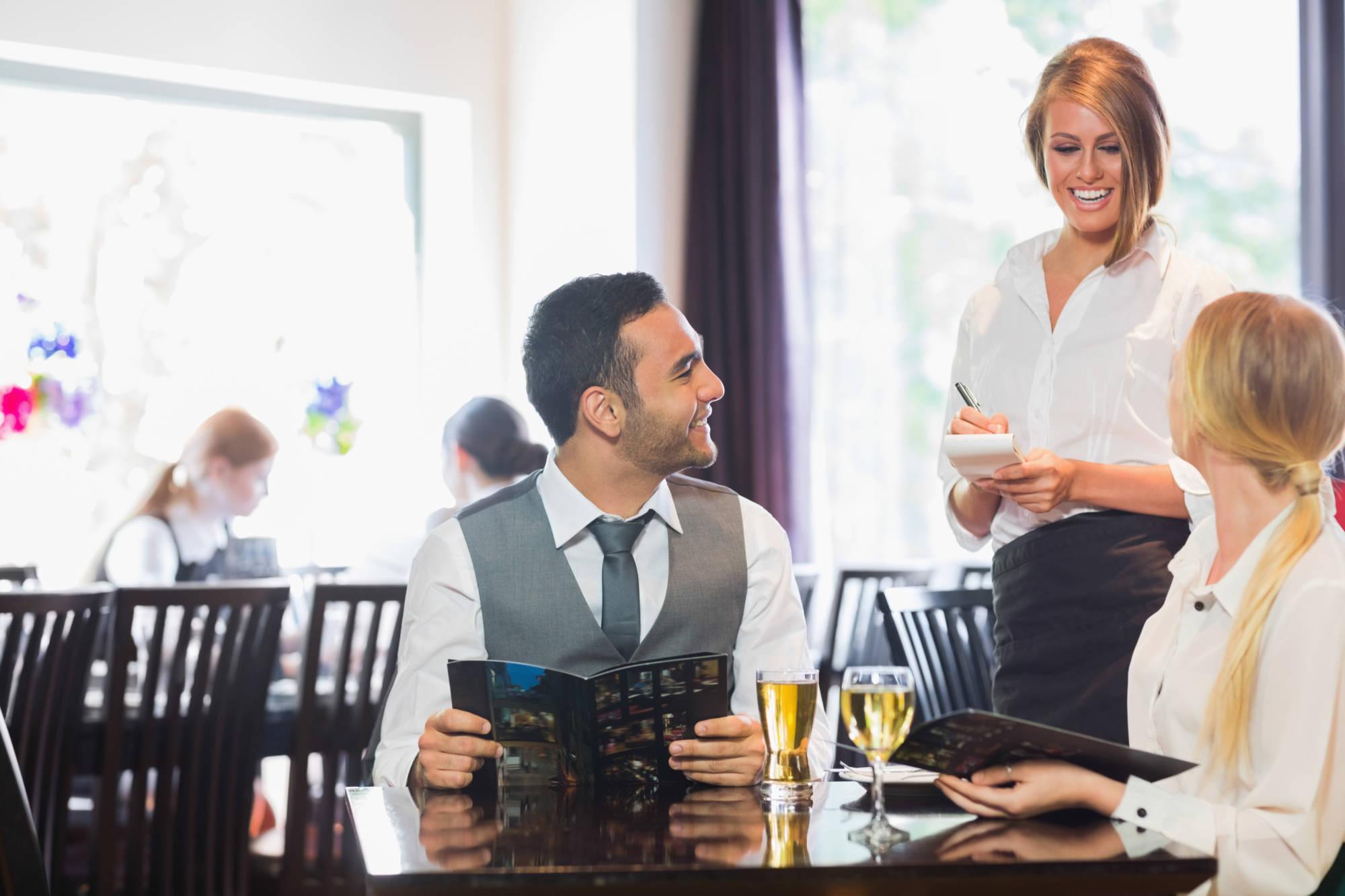 Как не нужно фотографировать человека в ресторане менее