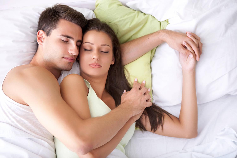 Картинка как спит девушка и парень