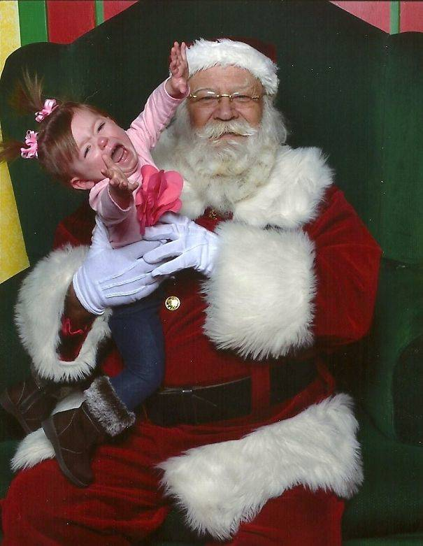 10-Creepiest-Santas-and-the-Kids-they-Terrorize-585009717e63c__605