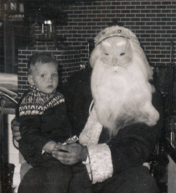 15-Creepiest-Santas-and-the-Kids-they-Terrorize-58514cc94c5ce__605