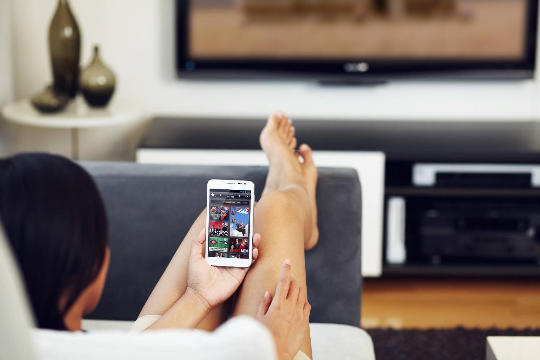 video-krasivoe-devushka-smotrit-pornuhu-po-televizoru-smotret-onlayn-porno